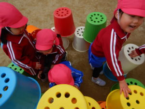 画像:2月6日(木) 年少お外遊びとすみれ組(二歳児クラス)楽器遊び