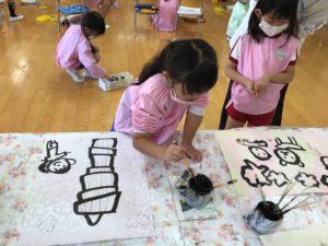画像:10月26日(月)年長組 遠足の絵に墨で色付け
