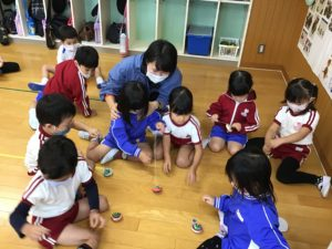 画像:10月20日(火)年中組のこま遊び&奈良県産の柿