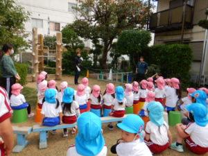画像:10月28日(水)4歳児ひまわり組・3歳児うめ組での柿取り