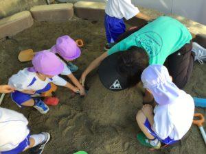 画像:10月12日(月)年少組とすみれ組のお外遊び