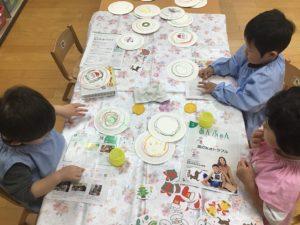 画像:11月13日(金)すみれ組(二歳児クラス)の製作遊び