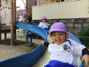 画像:12月8日(火)年少うめ組と2歳児すみれ組のお外遊び