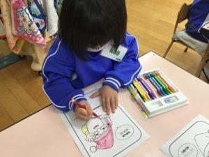 画像:12月1日(火)年少組のサンタブーツの塗り絵&2歳児のトナカイの顔製作