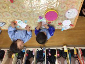 画像:2月5日(金)2歳児すみれ組の製作&3歳児年少うめ組のお外遊び