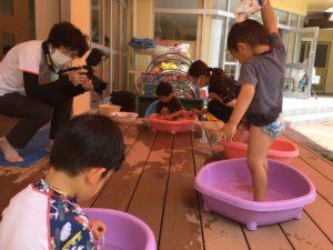 画像: 6月29日(火)    2歳児 水遊びの様子♪